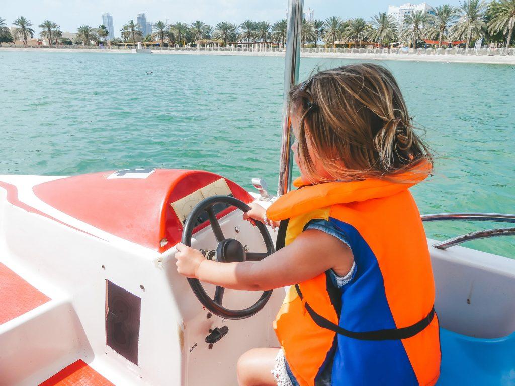 Bootje varen park Dubai met kinderen
