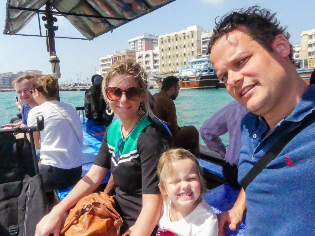 Houten boot Dubai met gezin