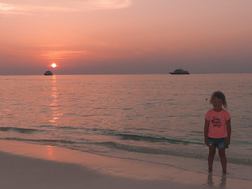 Zonsondergang Malediven met kinderen