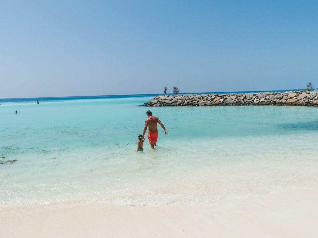 Strand Maafushi met gezin Malediven