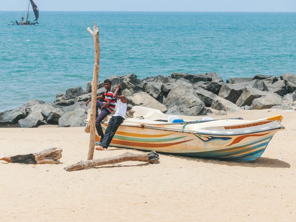 Strand Negombo met kinderen