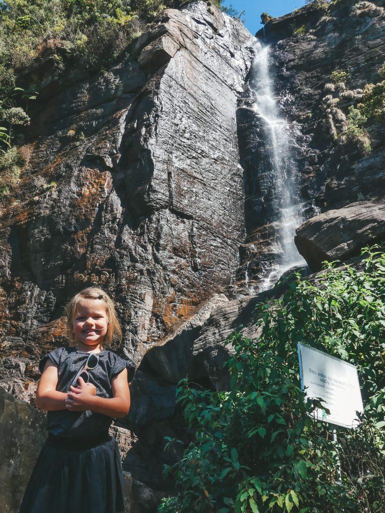 Waterval Sri Lanka met kind