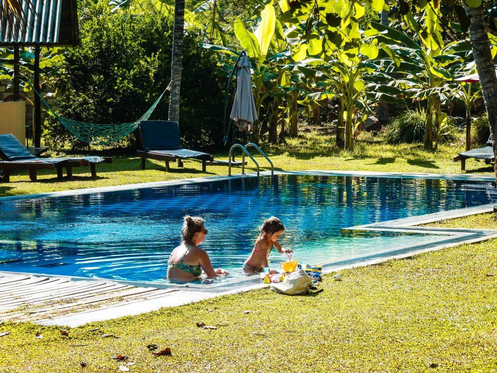 Zwembad Udawalawe Sri Lanka met kinderen