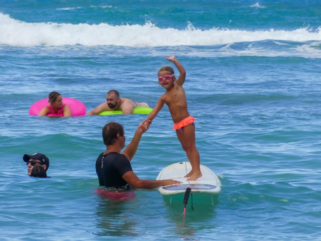 Hawaii surfen met gezin en kinderen