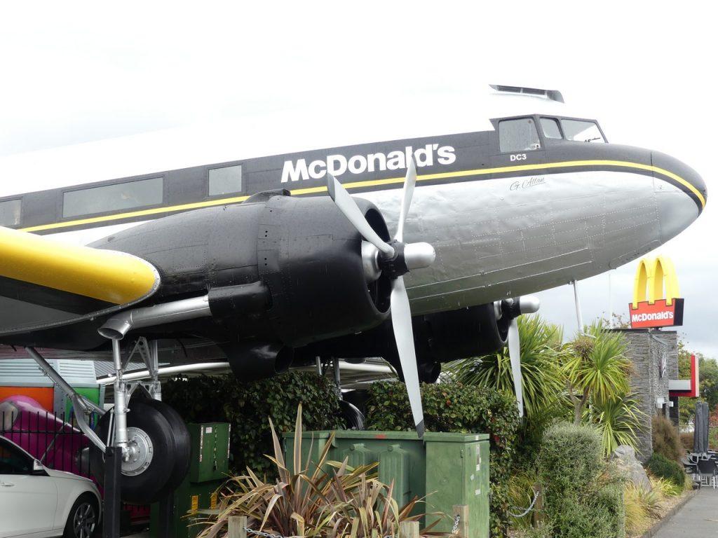 Mac Donalds vliegtuig Taupo met kinderen