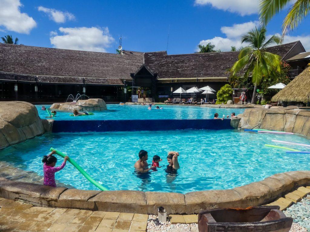 Mooi zwembad Fiji met kinderen en gezin
