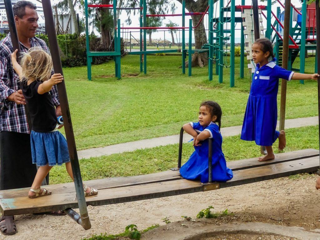 Tonga speeltuin met kinderen en gezin