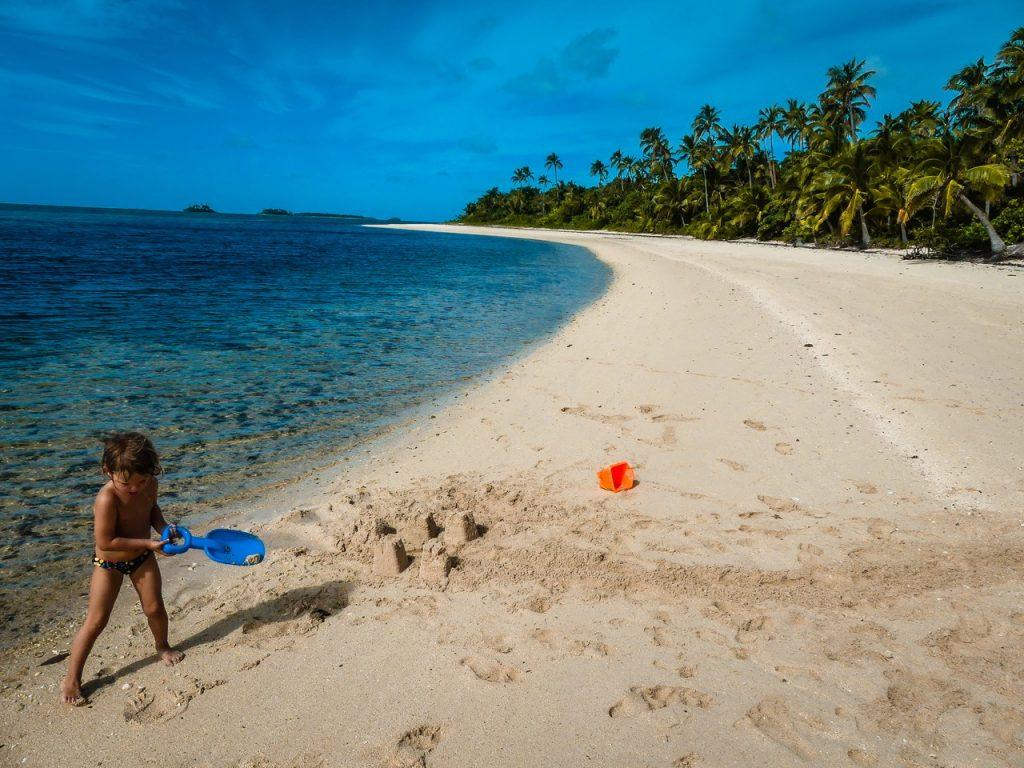 Tonga strand met kinderen en gezin