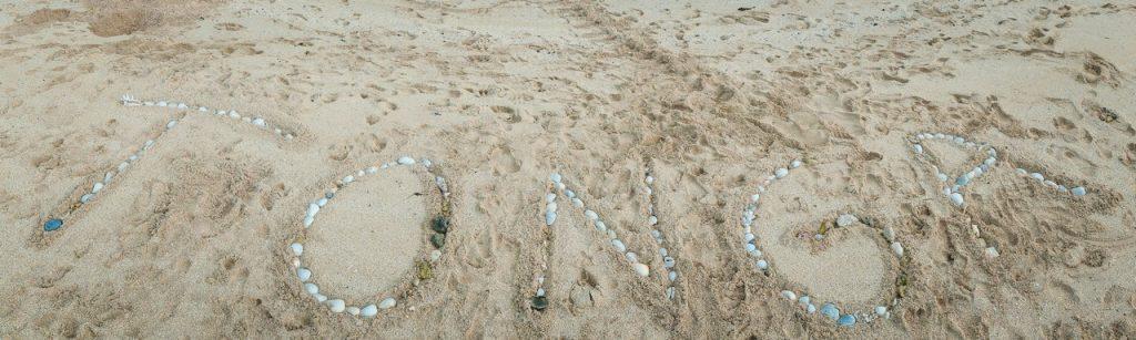 Tonga stranden met kinderen en gezin