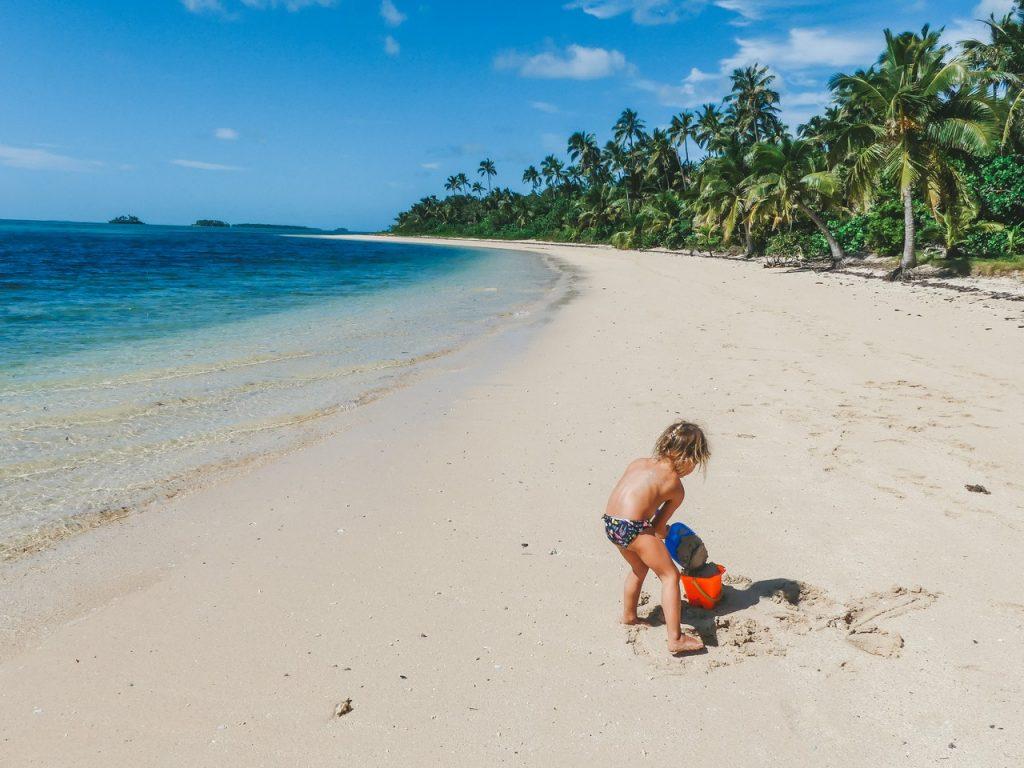 Zand kasteel maken Tonga met kinderen