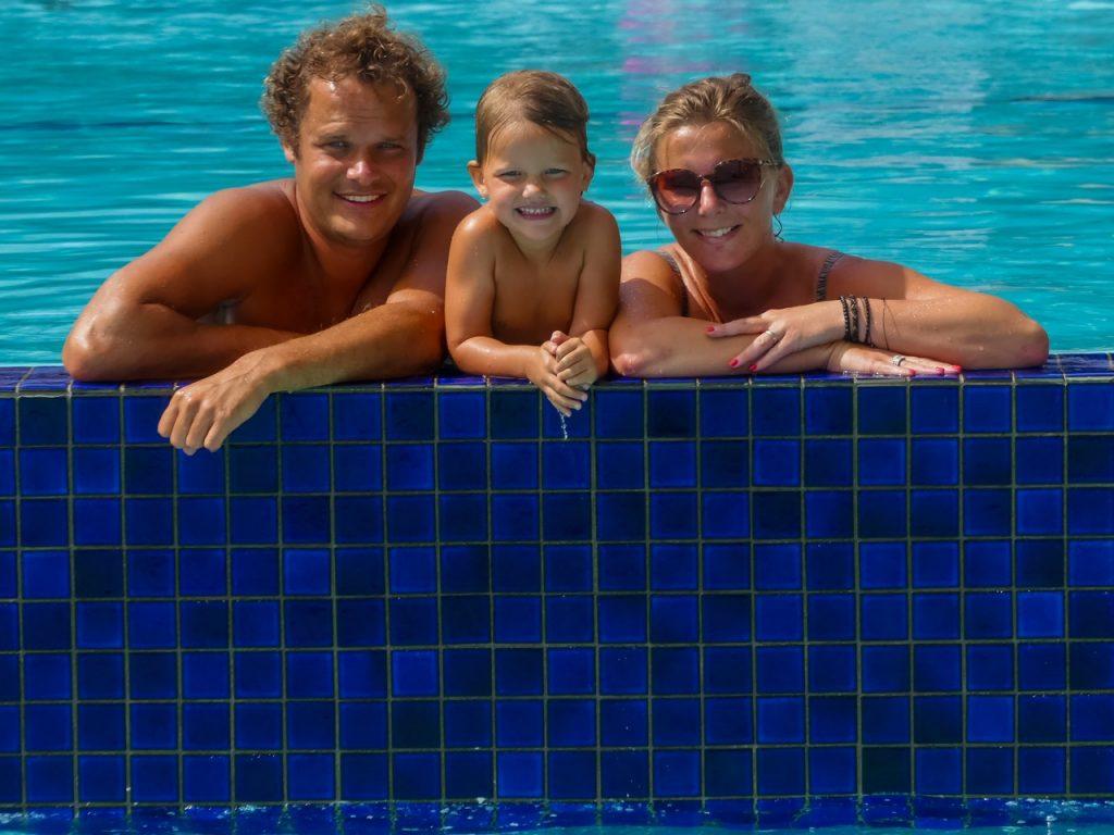 Zwembad in Fiji met kinderen en gezin